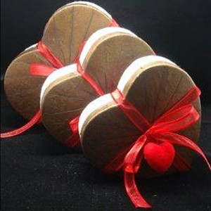 Heart-shaped box with a lid made of real lotus leaves